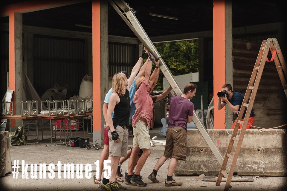 Kunstmue Teammitglieder beim Festival Aufbau 2015